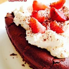 Ciasto czekoladowa chmura z truskawkami